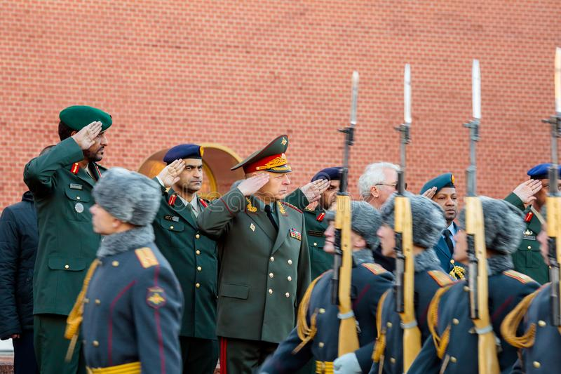 Ο διοικητής των Χερσαίων δυνάμεων των Ηνωμένων Αραβικών Εμιράτων, του σημαντικού στρατηγού Saleh Al-Amy και του διοικητή - μέσα - στοκ εικόνα