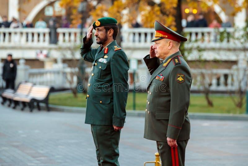 Ο διοικητής των Χερσαίων δυνάμεων των Ηνωμένων Αραβικών Εμιράτων, του σημαντικού στρατηγού Saleh Al-Amy και του διοικητή - μέσα - στοκ φωτογραφίες με δικαίωμα ελεύθερης χρήσης