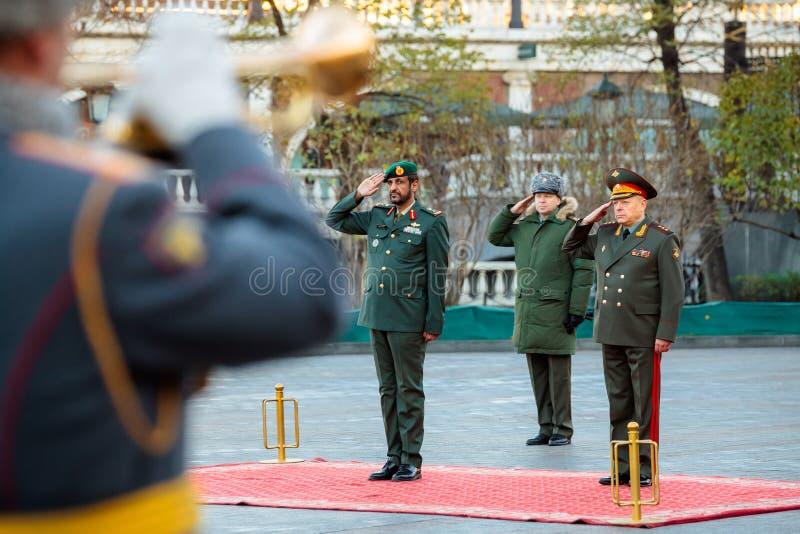 Ο διοικητής των Χερσαίων δυνάμεων των Ηνωμένων Αραβικών Εμιράτων, του σημαντικού στρατηγού Saleh Al-Amy και του διοικητή - μέσα - στοκ εικόνες