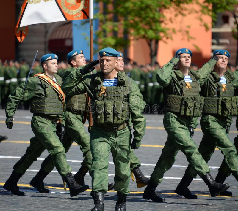 Ο διοικητής των 331st φρουρών ρίχνει το ήρωα συνταγμάτων της Ρωσίας Βλαντιμίρ Seliverstov με αλεξίπτωτο κατά τη διάρκεια της παρέ στοκ φωτογραφία