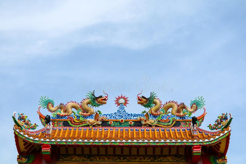 διπλός δράκος στη στέγη της κινεζικής πύλης ναών και του μπλε σύννεφου στοκ εικόνες με δικαίωμα ελεύθερης χρήσης