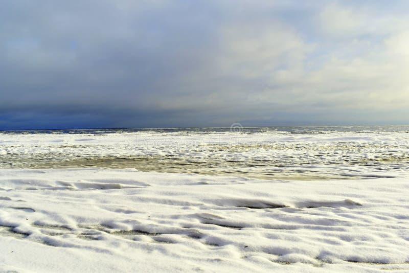 Ο δραματικός νεφελώδης ουρανός πέρα από τη θάλασσα της Βαλτικής στο ηλιοβασίλεμα στοκ εικόνες με δικαίωμα ελεύθερης χρήσης