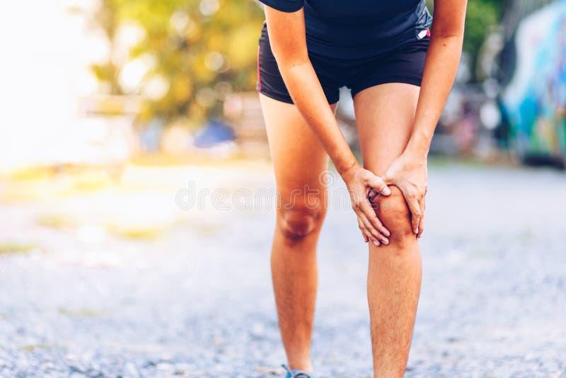 Ο δρομέας γυναικών κρατά τραυματισμένο το αθλητισμός γόνατό της στοκ εικόνες με δικαίωμα ελεύθερης χρήσης