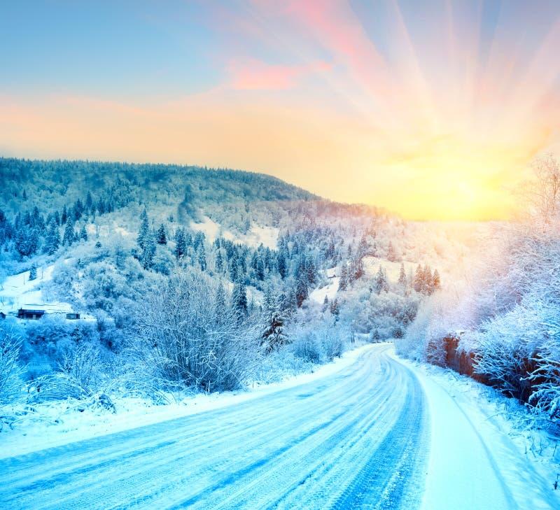 Ο δρόμος στην ανατολή στα χειμερινά βουνά στοκ εικόνα με δικαίωμα ελεύθερης χρήσης