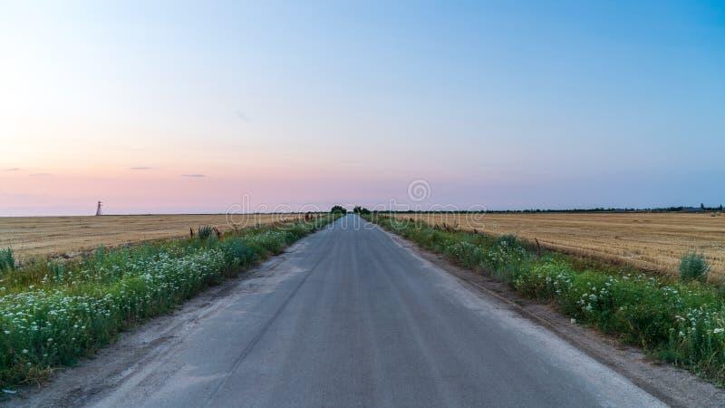 Ο δρόμος στην επαρχία πηγαίνει στον ορίζοντα στοκ εικόνες με δικαίωμα ελεύθερης χρήσης