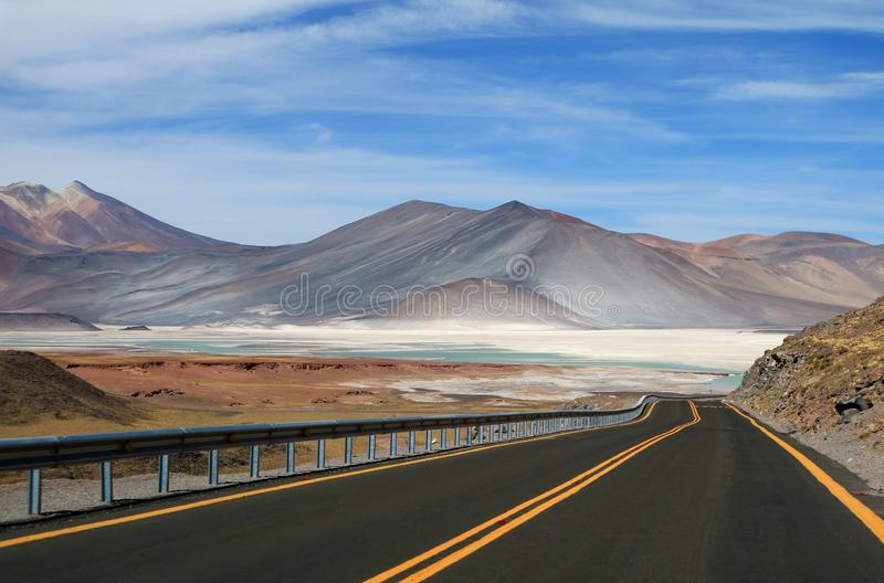 Ο δρόμος Salar de Talar, τα όμορφα αλατισμένα επίπεδα ορεινών περιοχών και τις αλατισμένες λίμνες στη Χιλή στοκ φωτογραφία