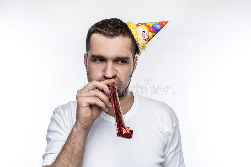 Ο δυστυχισμένος τύπος είναι στο κόμμα Doesn ` τ ξέρει πώς να μείνει ευτυχής και glas κατά τη διάρκεια του εορτασμού η ανασκόπηση  στοκ φωτογραφία