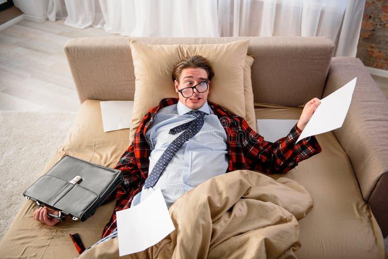 Ο δυστυχισμένος τύπος συγκλονίζεται από το ποσό εργασίας στοκ φωτογραφία