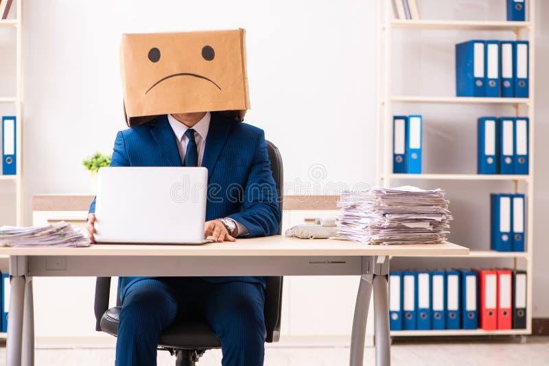 Ο δυστυχισμένος υπάλληλος ατόμων με το κιβώτιο αντί του κεφαλιού του στοκ εικόνες με δικαίωμα ελεύθερης χρήσης
