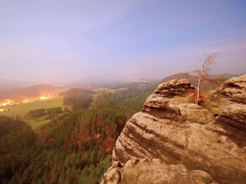 Ο δύσκολος με το δέντρο Νύχτα πανσελήνων σε ένα όμορφο βουνό Αιχμές και λόφοι ψαμμίτη που αυξάνονται από την ομίχλη στοκ εικόνα με δικαίωμα ελεύθερης χρήσης