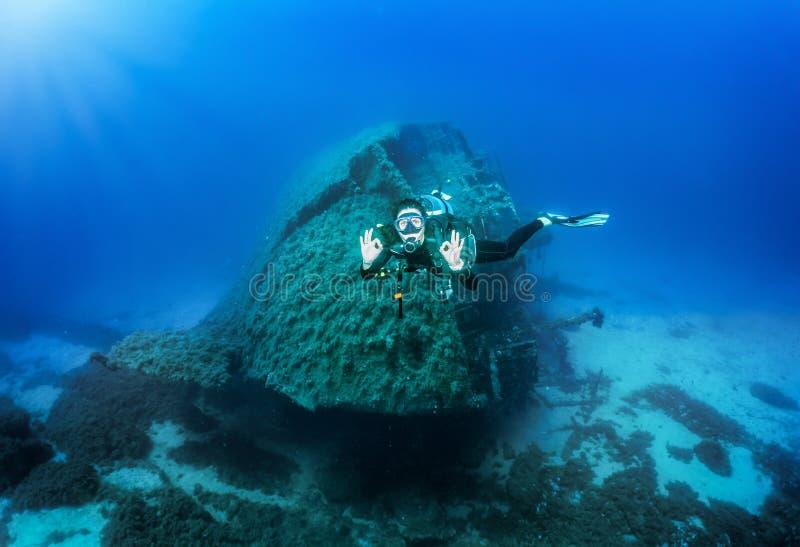 Ο δύτης σκαφάνδρων παρουσιάζει ΕΝΤΑΞΕΙ σημάδι κάτω από το νερό, Αιγαίο πέλαγος στην Ελλάδα στοκ εικόνα με δικαίωμα ελεύθερης χρήσης