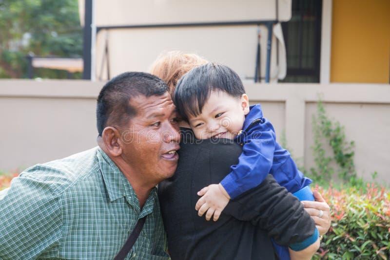 Ο εγγονός με τους παππούδες και γιαγιάδες στοκ φωτογραφίες με δικαίωμα ελεύθερης χρήσης