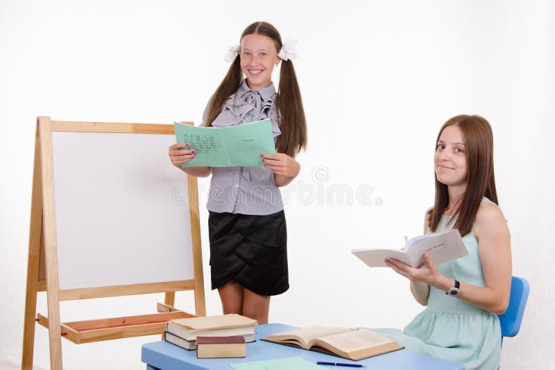 Ο εκπαιδευόμενος έλαβε πέντε για μια καλή απάντηση στοκ εικόνα