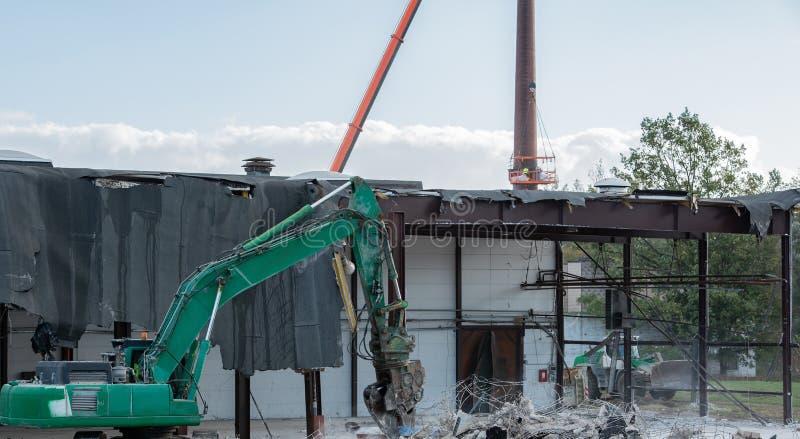Ο εκσκαφέας κατεδάφισης σχίζει από ένα κτήριο στοκ εικόνα με δικαίωμα ελεύθερης χρήσης