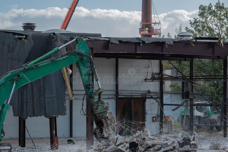 Ο εκσκαφέας κατεδάφισης σχίζει από ένα κτήριο στοκ φωτογραφίες με δικαίωμα ελεύθερης χρήσης