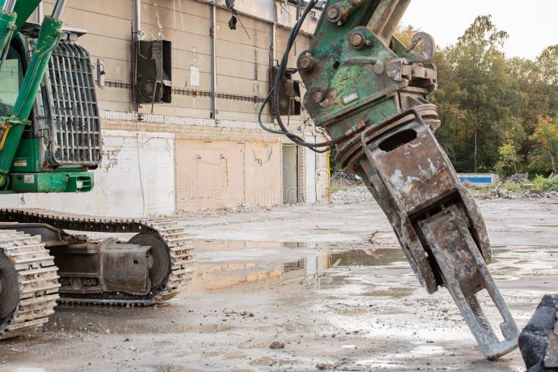 Ο εκσκαφέας σχίζει από ένα κτήριο στοκ εικόνες με δικαίωμα ελεύθερης χρήσης