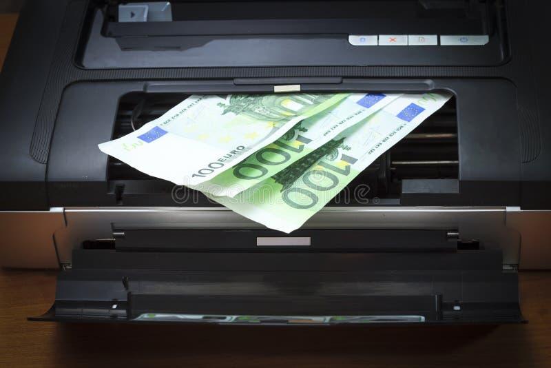 Ο εκτυπωτής, το καπάκι είναι ανοικτός Βλέπετε τα χρήματα, ευρο- Υπάρχει vignetting στοκ φωτογραφίες