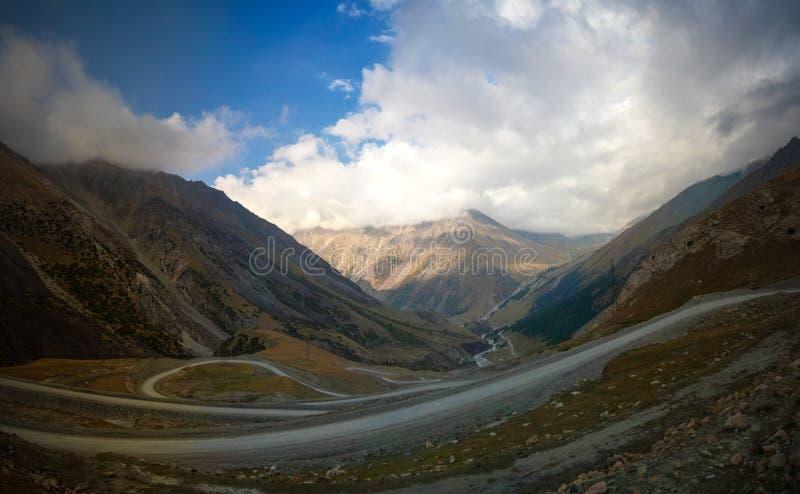 Ο ελικοειδής δρόμος στο πέρασμα Barskoon, ο ποταμός και το φαράγγι και Sarymoynak περνούν, jeti-Oguz, Κιργιστάν στοκ φωτογραφίες με δικαίωμα ελεύθερης χρήσης