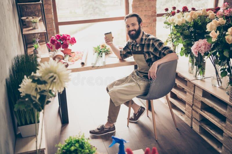 Ο ελκυστικός εύθυμος χαρωπός τύπος της Νίκαιας που έχει το υπόλοιπο χαλαρώνει τη συνεδρίαση σπασιμάτων μικρής διακοπής στη φθορά  στοκ φωτογραφίες με δικαίωμα ελεύθερης χρήσης