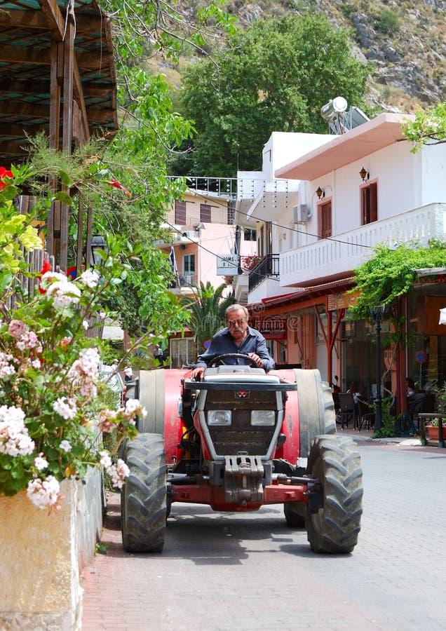 Ο ελληνικός αγρότης οδηγεί το τρακτέρ του στοκ φωτογραφίες με δικαίωμα ελεύθερης χρήσης