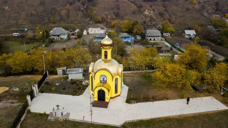 Ο εναέριος κηφήνας πυροβόλησε μια μικρή κίτρινη εκκλησία στοκ εικόνες με δικαίωμα ελεύθερης χρήσης