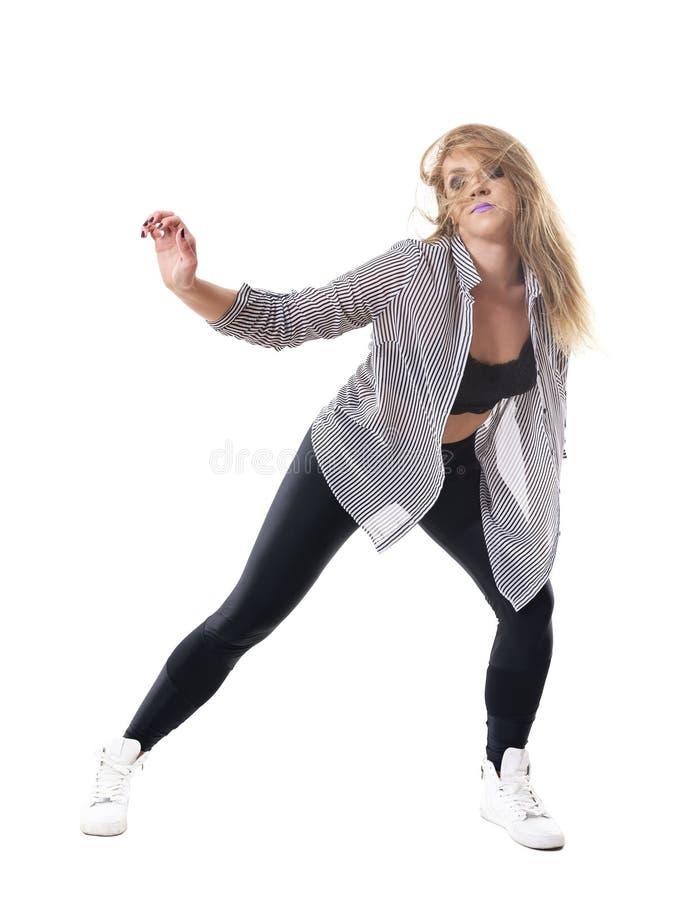 Ο ενεργητικός εμπαθής θηλυκός χορευτής στο ριγωτό πουκάμισο με η τρίχα και έκλεισε τα μάτια στοκ φωτογραφία με δικαίωμα ελεύθερης χρήσης