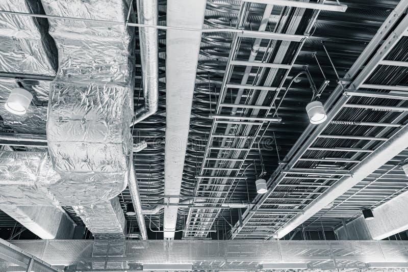 Ο εξαερισμός αέρα σωλήνων ανώτατου αέρα και τα καλώδια στοιχείων στοκ φωτογραφία με δικαίωμα ελεύθερης χρήσης