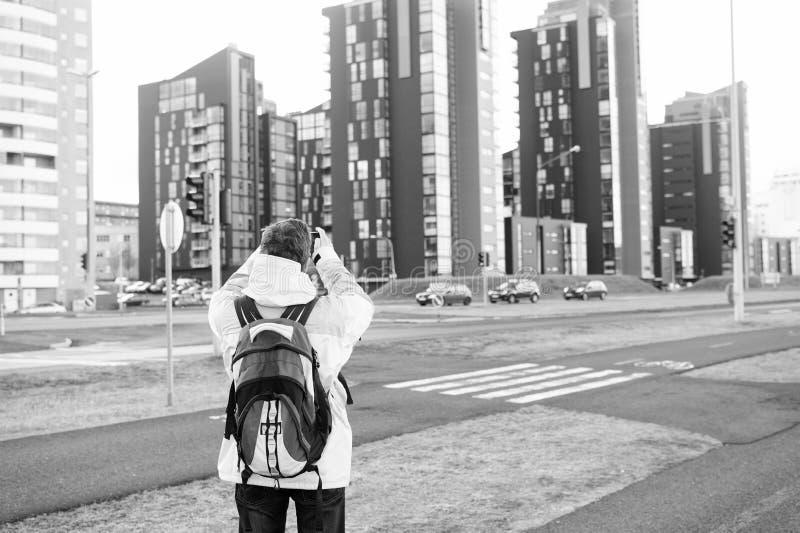 Ο εξοπλισμός τουριστών καλά έτοιμος εξερευνά τη Σκανδιναβική ή σκανδιναβική χώρα Τουρίστας στο αστικό υπόβαθρο Ένδυση τουριστών α στοκ εικόνες με δικαίωμα ελεύθερης χρήσης
