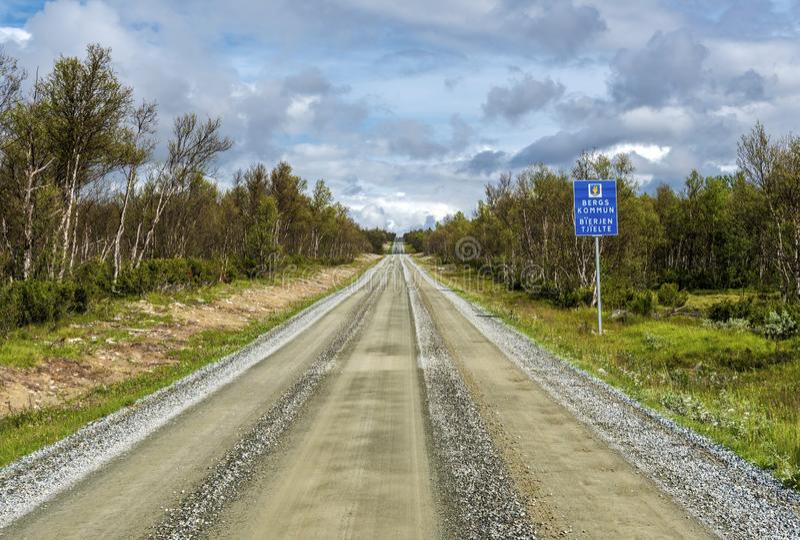 Ο επίγειος δρόμος στη βόρεια Σουηδία που διασχίζει tundra το δάσος στο δήμο του Berg του νομού Jamtland στοκ φωτογραφία με δικαίωμα ελεύθερης χρήσης