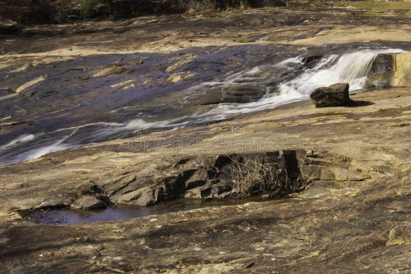 Ο επίπεδος βράχος και ο μακρύς καταρράκτης στοκ εικόνα