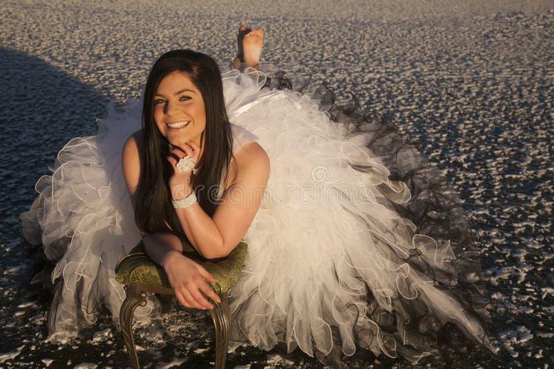 Ο επίσημος πάγος φορεμάτων γυναικών βάζει χωρίς παπούτσια το χαμόγελο στοκ φωτογραφία