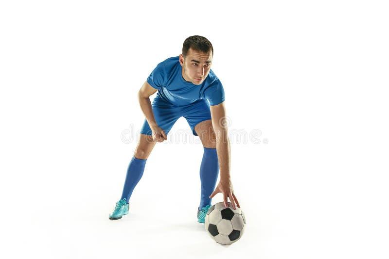 Ο επαγγελματικός ποδοσφαιριστής ποδοσφαίρου με τη σφαίρα απομόνωσε το άσπρο υπόβαθρο στοκ εικόνες