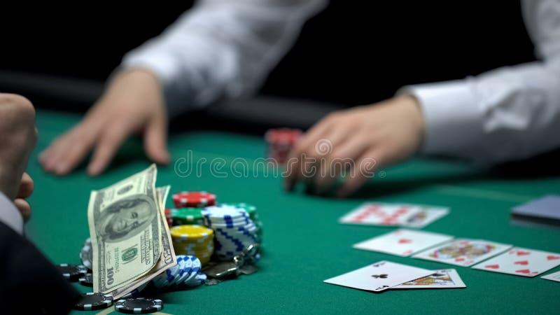Ο επαγγελματικός φορέας χαρτοπαικτικών λεσχών εκθέτει τις κάρτες, κερδίζει τα χρήματα και το σπίτι, καλός συνδυασμός στοκ φωτογραφία με δικαίωμα ελεύθερης χρήσης