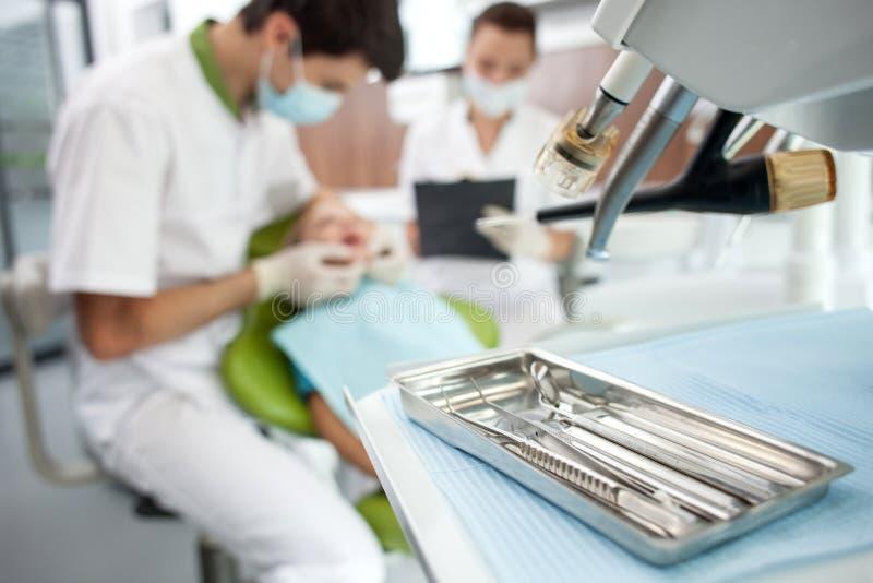 Ο επαγγελματικός νέος οδοντικός γιατρός μεταχειρίζεται στοκ εικόνα