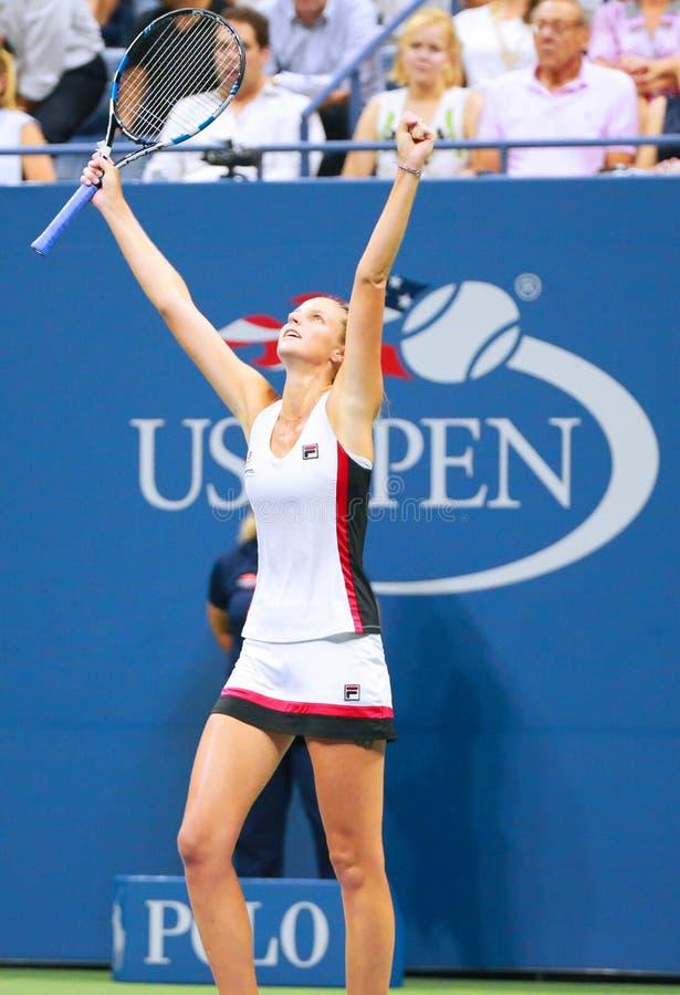 Ο επαγγελματικός τενίστας Karolina Pliskova της Δημοκρατίας της Τσεχίας γιορτάζει τη νίκη αφότου ανοίγει η ημιτελική αντιστοιχία  στοκ φωτογραφία με δικαίωμα ελεύθερης χρήσης