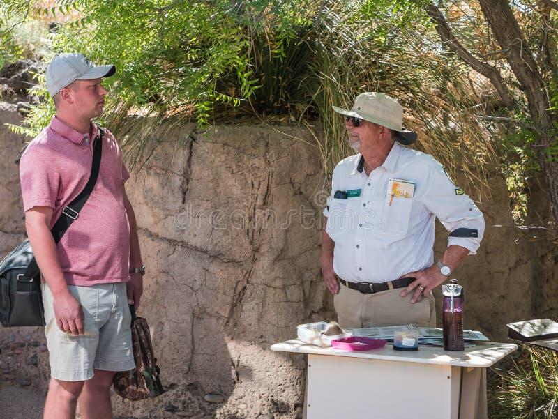 Ο επισκέπτης συμβουλεύεται το μουσείο ερήμων Αριζόνα-Sonora docent στοκ φωτογραφίες με δικαίωμα ελεύθερης χρήσης