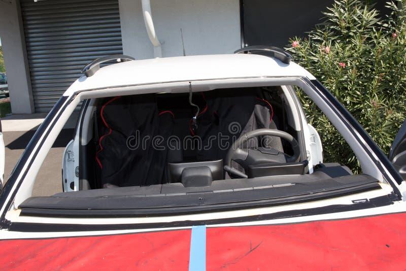 Ο επισκευαστής επισκευάζει τον ανεμοφράκτη του αυτοκινήτου στοκ φωτογραφίες με δικαίωμα ελεύθερης χρήσης