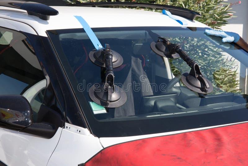 Ο επισκευαστής επισκευάζει τον ανεμοφράκτη του αυτοκινήτου στοκ φωτογραφία με δικαίωμα ελεύθερης χρήσης