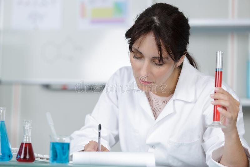 Ο επιστήμονας γυναικών κρατά το διαθέσιμο σωλήνα δοκιμής χεριών στο εργαστήριο στοκ φωτογραφίες με δικαίωμα ελεύθερης χρήσης