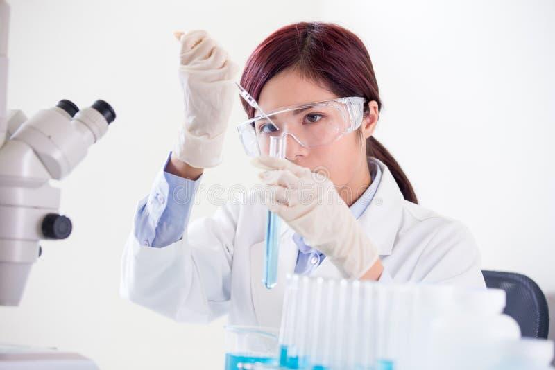 Ο επιστήμονας γυναικών παίρνει το σωλήνα δοκιμής στοκ φωτογραφίες με δικαίωμα ελεύθερης χρήσης