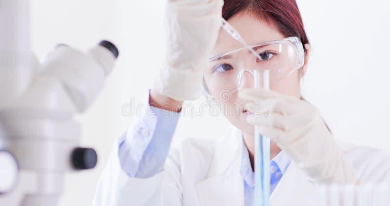 Ο επιστήμονας γυναικών παίρνει το σωλήνα δοκιμής στοκ φωτογραφίες