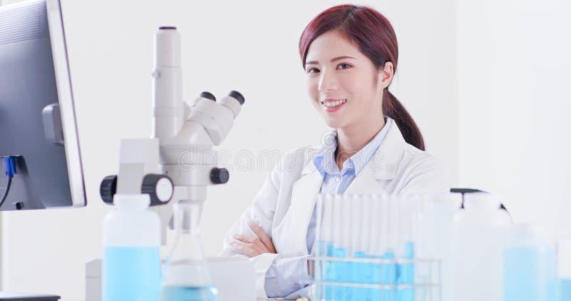 Ο επιστήμονας γυναικών φαίνεται εσείς στοκ φωτογραφία με δικαίωμα ελεύθερης χρήσης