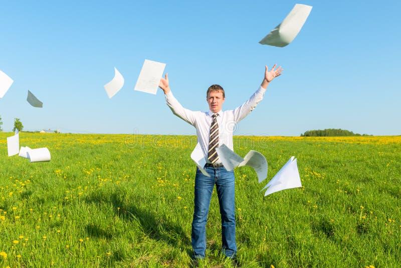 Ο επιτυχής επιχειρηματίας έριξε τα έγγραφα στοκ εικόνα με δικαίωμα ελεύθερης χρήσης
