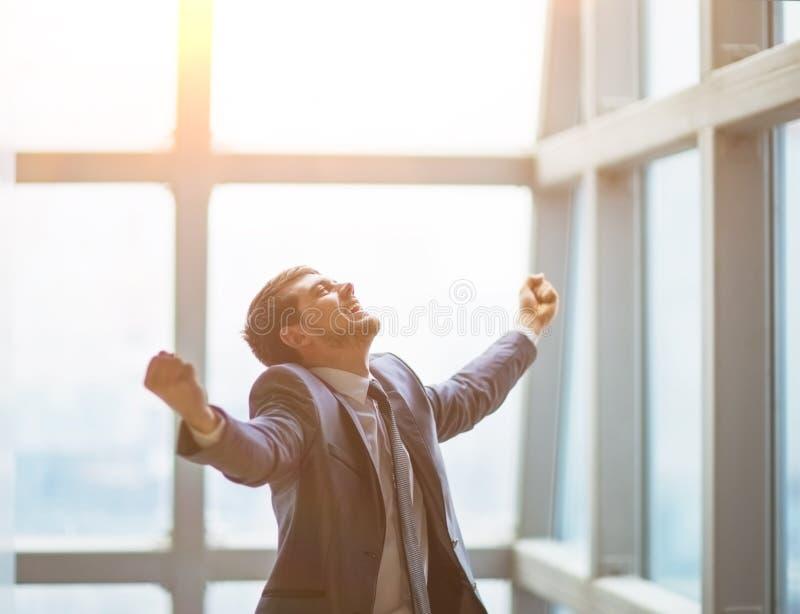 Ο επιτυχής επιχειρηματίας αυξάνει τα χέρια του γιορτάζει επάνω τη νίκη στοκ φωτογραφία με δικαίωμα ελεύθερης χρήσης