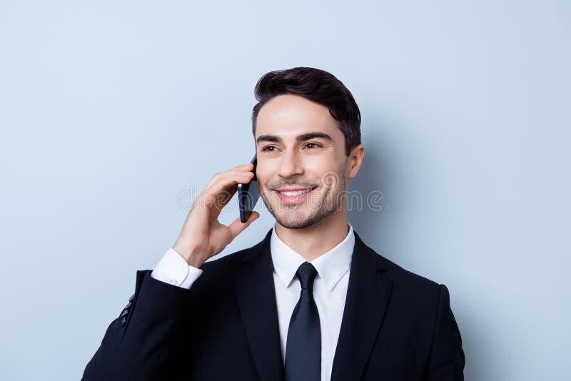 Ο επιτυχής και ευτυχής νέος brunete τραπεζίτης επιχειρηματιών έχει στοκ φωτογραφία με δικαίωμα ελεύθερης χρήσης