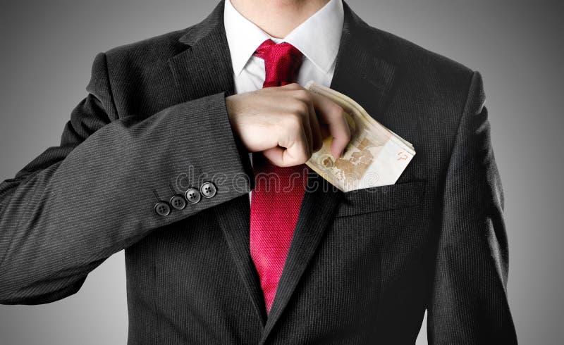 Ο επιχειρηματίας έντυσε επάνω στο κοστούμι που λαμβάνει τα χρήματα στοκ φωτογραφίες με δικαίωμα ελεύθερης χρήσης