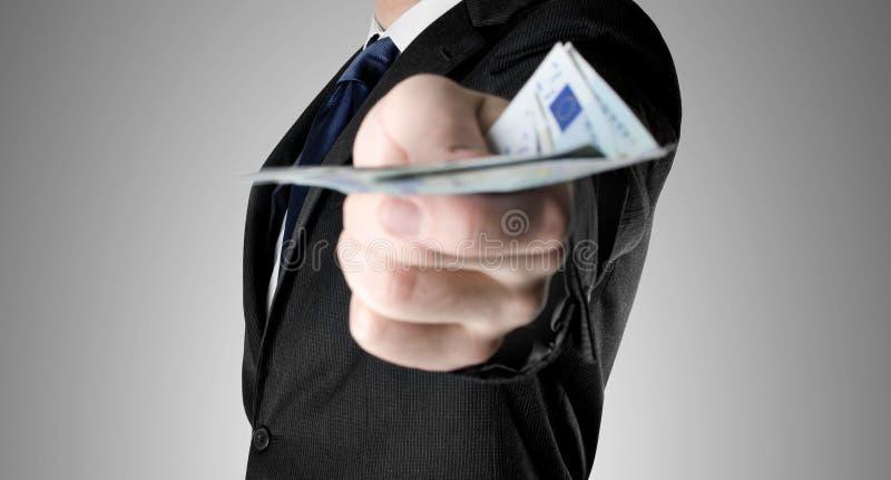 Ο επιχειρηματίας έντυσε στο κοστούμι και προσφορά των χρημάτων στοκ εικόνα