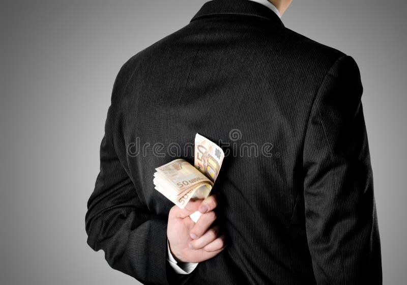 Ο επιχειρηματίας έντυσε στο κοστούμι που κρύβει πενήντα ευρο- τραπεζογραμμάτια στοκ εικόνα