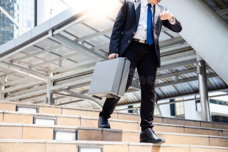 Ο επιχειρηματίας έχει τη σημαντική επιχείρηση διορισμού αλλά ένας τύπος δεν μπορεί στοκ εικόνα με δικαίωμα ελεύθερης χρήσης
