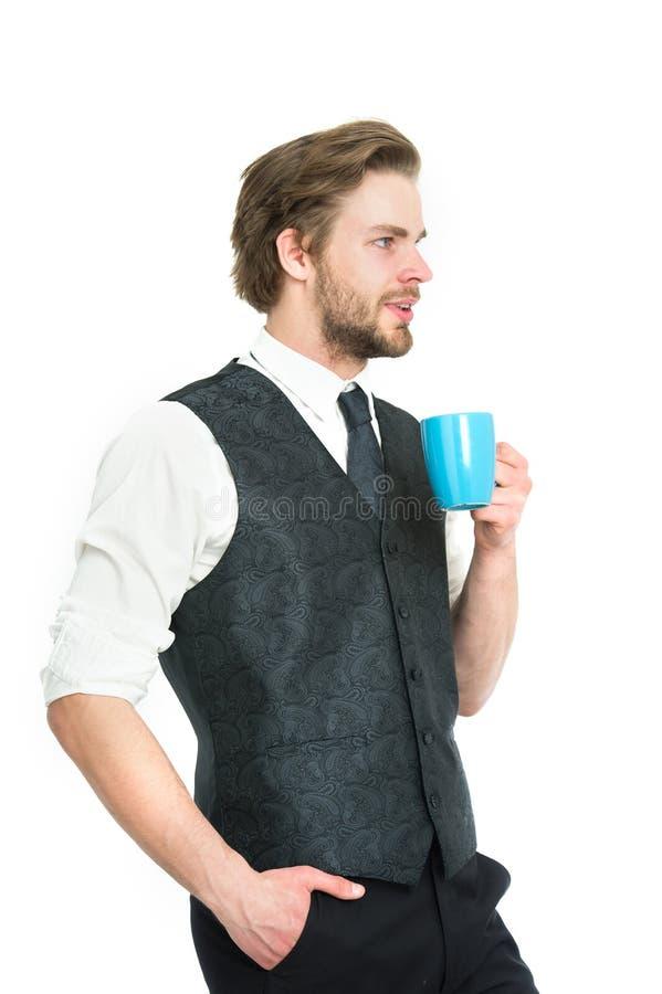 Ο επιχειρηματίας ή ο χαμογελώντας κύριος πίνει το τσάι ή τον καφέ από το φλυτζάνι στοκ φωτογραφία με δικαίωμα ελεύθερης χρήσης